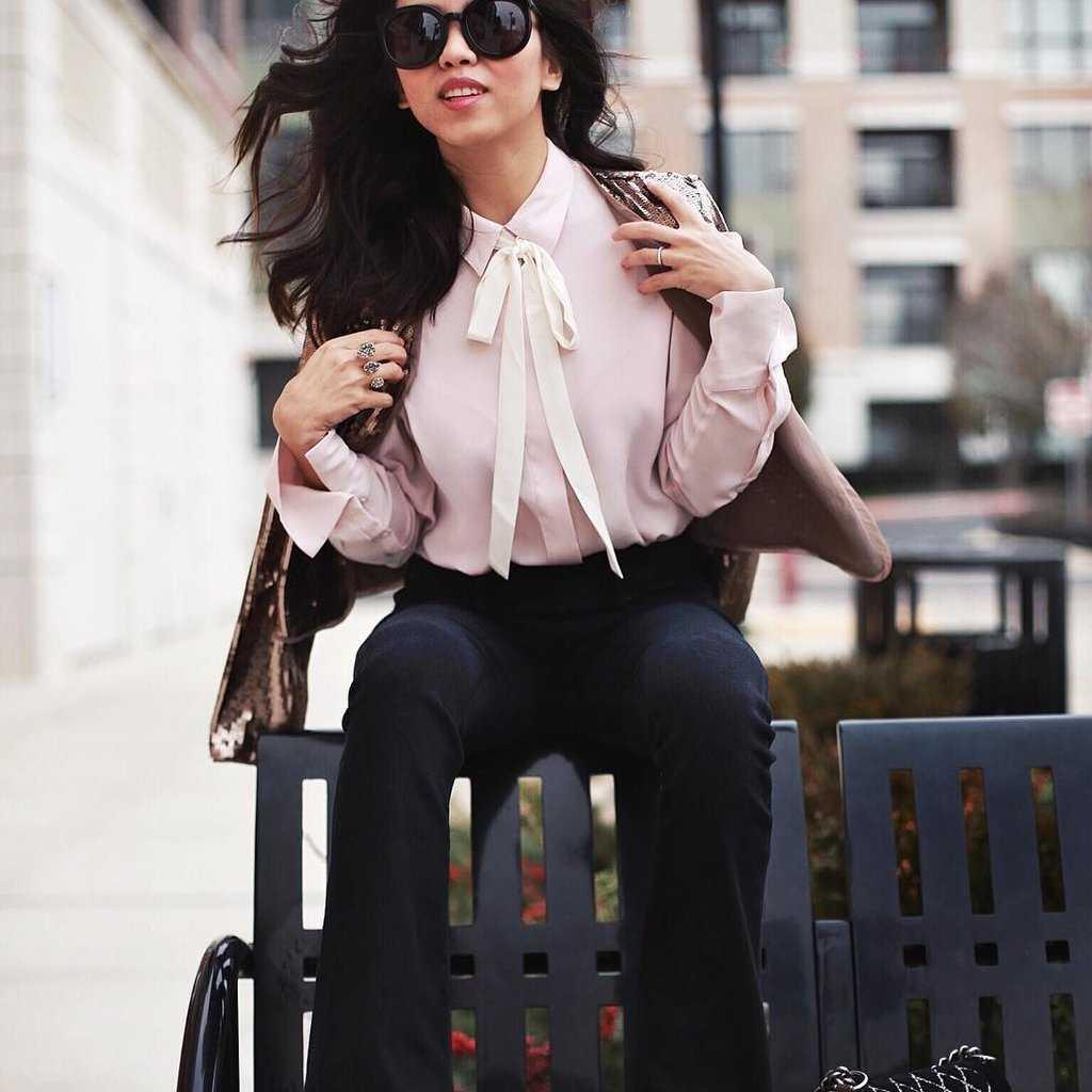 Dobav'te zhenstvennosti i romantiki pri pomoshhi banta na bluzke