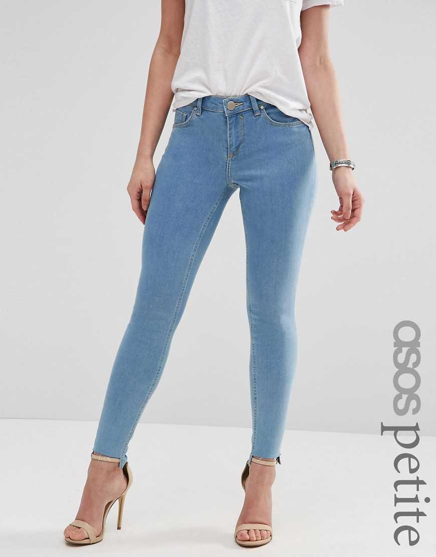 Облегающие джинсы с классической талией и необработанной ступенчатой к